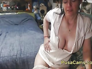 Sexy Old British Woman Vibes Her Hairy Pussy